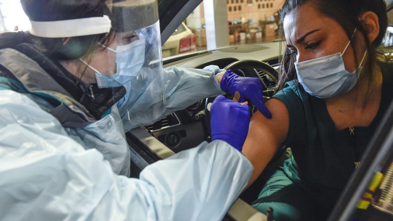 """Românii, vaccinați direct din mașină. Centre """"drive thru"""", destinate populației generale"""