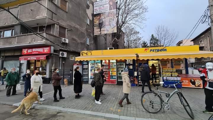 Guvernul a închis magazinele ca să fie coadă la benzinăriile austriece
