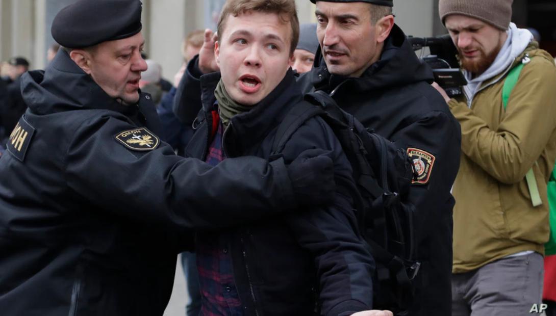 Belarus a deturnat un avion Ryanair. Un jurnalist riscă să fie condamnat la moarte