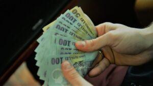 Salariul minim pe economie. Cât vor primi românii în mână anul viitor?