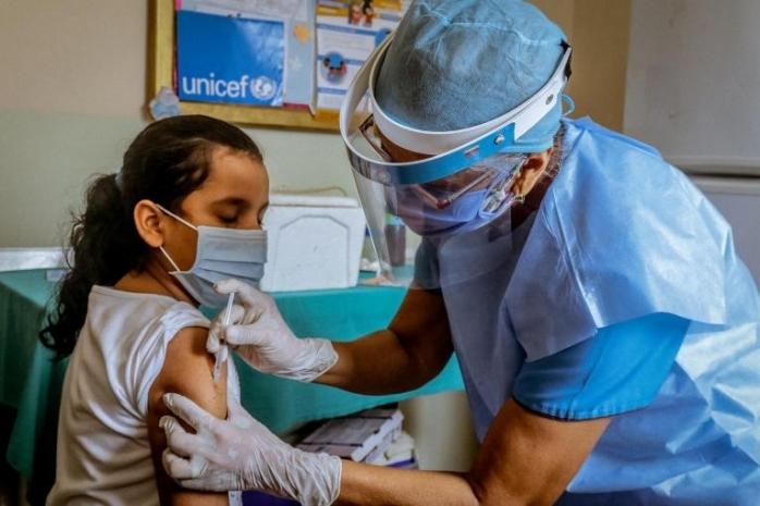 Copiii de 12 ani se pot vaccina de mâine! Înscrierea se face de pe contul părintelui