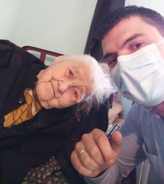 """FOTO. O bătrână de 100 de ani din Cluj s-a vaccinat anti-COVID: """"Am multe motive pentru care aștept ziua de mâine"""""""