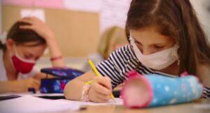 Testarea periodică și obligativitatea măștii – recomandările unui expert pentru deschiderea școlilor